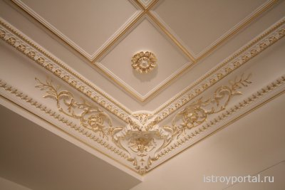 Наклеивание пенопластового потолка