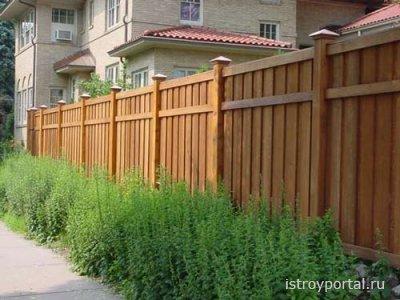 Устанавливаем деревянный забор.