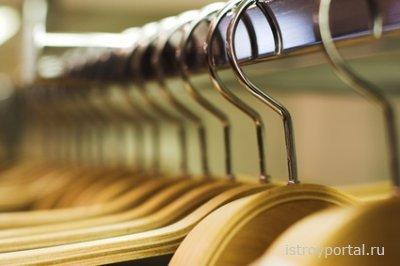 Деревянные и металлические вешалки для одежды.