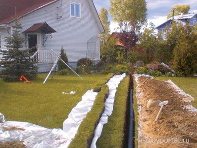 Как проложить канализационную трубу при строительстве дачного дома?
