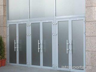 В чем преимущество дверей из алюминия?