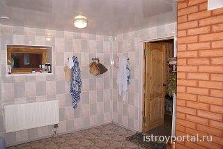 Облицовка плиткой стен моечной в бане