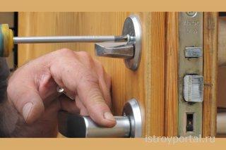 Открыть или вставить замок в дверь вам помогут специалисты