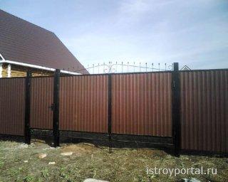 Заборы и ворота из профнастила