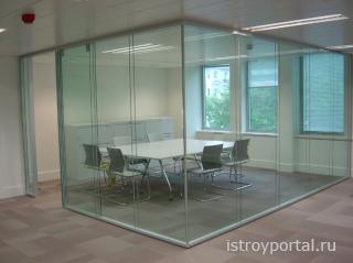Сделать офис необычным в плане дизайна помогут стеклянные перегородки